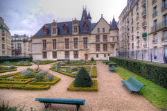Hotellet de Sens och hans trädgård i Paris, Frankrike arkivfoton