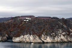 Hotellet för hus för Grönlandfiordfjorden vaggar nära havtornkranen Arkivbild