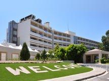 Hotellet hänrycker med grön lawn fotografering för bildbyråer