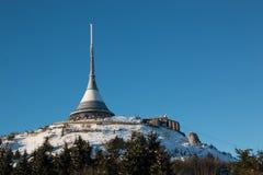Hotellet och sändaren skojade i vintertid, Liberec Arkivbild