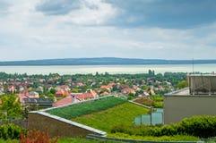 Hotellet parkerar med molnig himmel och ett stor berg och sjö Royaltyfria Bilder