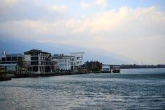 Hotellgästhem på Erhai sjön på Dali, Yunnan, Kina royaltyfri bild