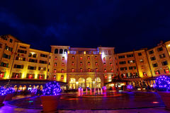 Hotellgård i julande vid natt Arkivbild