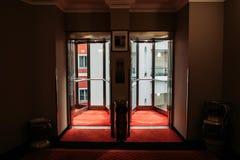 Hotellglidningsdörrar arkivfoto