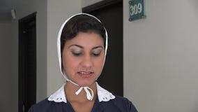 Hotellhembiträde Happy och le arkivfilmer