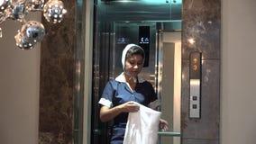 Hotellhembiträde på hissen stock video