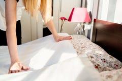 Hotellhembiträde som gör ett rum att bädda ned Royaltyfri Bild