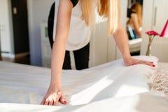Hotellhembiträde som gör ett rum att bädda ned Royaltyfri Foto