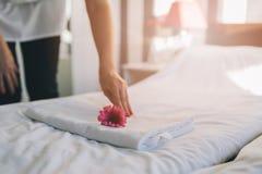 Hotellhembiträde som gör rumservice Royaltyfri Foto