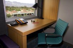 Hotelllägenheten byggde i regeringsställning skrivbordet Arkivfoto