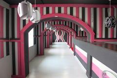 Hotelllobbydesign i rosa färger Arkivbilder