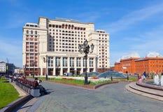 HotellMoskva för fyra säsonger och den historiska museumbyggnaden in Royaltyfri Foto