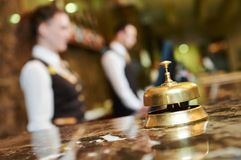 Hotellmottagande med klockan arkivbild