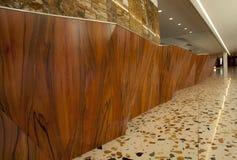 Hotellmottagande och vägg som göras i trä Arkivbilder