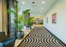 Hotellobby mit modernem Design Stockbilder