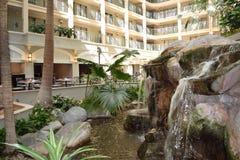 Hotellobby mit Wasserfall stockfoto