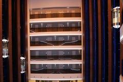 Hotellobby-Rauminnenraum Atmosphärischer Hotelkorridor mit Aufzug stockfotografie