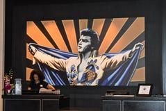 Hotellportvakt på färgrik Elvis bakgrund på Hark Rock Hotel fotografering för bildbyråer