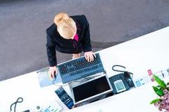 Hotellreceptionist som arbetar på det främre kontoret Royaltyfri Fotografi