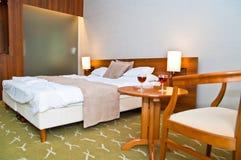 Hotellrum att kyla - vin för 2 exponeringsglas Fotografering för Bildbyråer