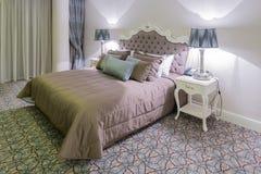 Hotellrum med den moderna inre Royaltyfri Bild