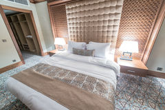 Hotellrum med den moderna inre Royaltyfria Bilder