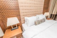 Hotellrum med den moderna inre Royaltyfri Foto