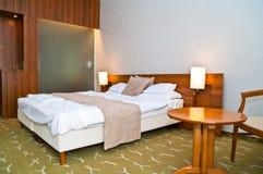Hotellrum med stor säng att kyla Fotografering för Bildbyråer