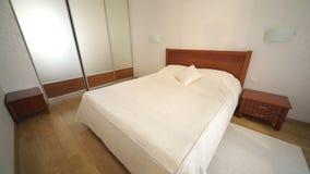 Hotellrum med tvilling- säng och mirrow Fönsterljus lager videofilmer