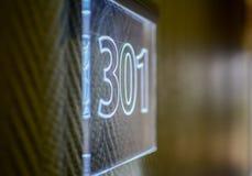 Hotellrumnummer på väggen Fotografering för Bildbyråer