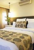 Hotellsäng royaltyfria bilder