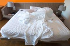 Hotellsäng efter bruk Arkivbild