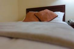 Hotellsäng royaltyfri fotografi