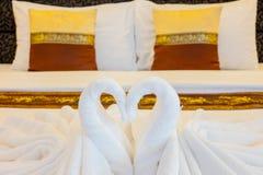 Hotellsäng med handdukar Royaltyfria Foton