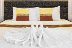 Hotellsäng med handdukar Royaltyfri Foto