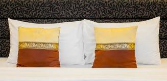 Hotellsäng med kuddar Royaltyfri Foto