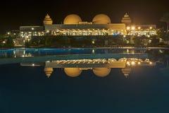 Hotellsemesterort på natten med reflexion i simbassäng Royaltyfria Foton