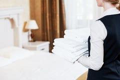 Hotellservice hushållninghembiträde med linne royaltyfri fotografi