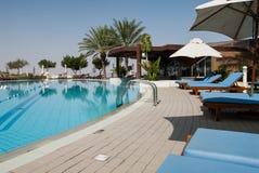 Hotellsimbassäng i solen Arkivfoton