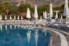 Hotellsimbassäng med inga turister i Turkiet Arkivbild