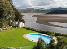 Hotellsimbassäng och bred flodmynning, Portmeirion Fotografering för Bildbyråer