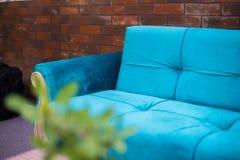Hotellsoffa, soffa med kaffetabellen, soffa med tabellen, hotelllobbytabell arkivbild