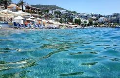 Hotellstranden på det aegean havet Arkivbilder