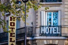 Hotelltecken på byggnad Arkivbild
