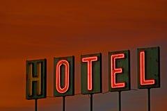 Hotelltecken på solnedgången arkivfoton