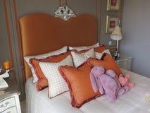 Hotellvardagsrum, säng Royaltyfri Foto