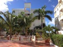 Hotellvillan gömma i handflatan den exotiska Bush ön Arkivbilder