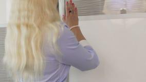 Hotelmanager die klanten veilige vakjes voor juwelen en documenten, veiligheid tonen stock video