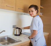 Hotelmeisje in de keuken Stock Foto