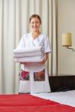 Hotelowa gosposia z świeżymi ręcznikami zdjęcia stock